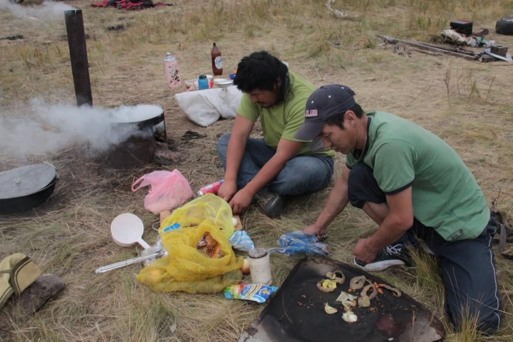 die Jungs kochen Mittagessen
