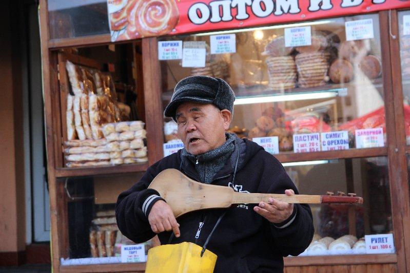 Man playing Kumoz